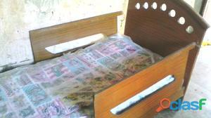 Cama individual en madera con colchón