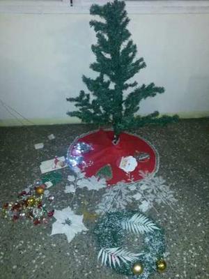 Arbolito De Navidad Con Luces Adornos Y Una Corona Navideña