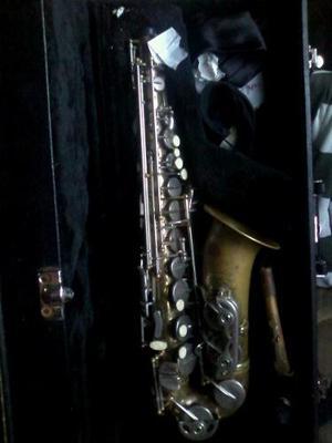 Saxofon Centuri Con Maleta Negra Y En Buenas Condiciones