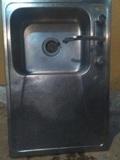 Lavaplatos De Acero Inoxidable De Una Tina Con El Grifo