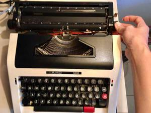 Vendo Máquina De Escribir Manual Aiko  Con Su Estuche
