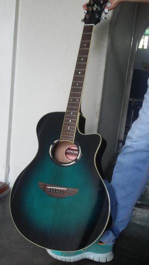 Vendo Guitarra Con Poco uso en PERFECTAS condiciones.