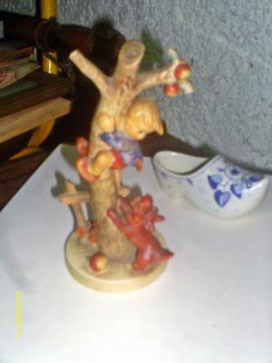 Figura De Porcelana Alemana Western Germany Niño En Arbol