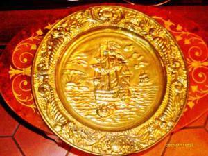 Plato De Bronce Grabado Barcos En Relieves Central Adornos