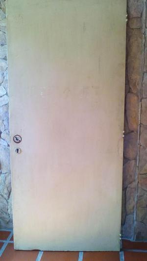 Puerta de hierro principal de apartamento