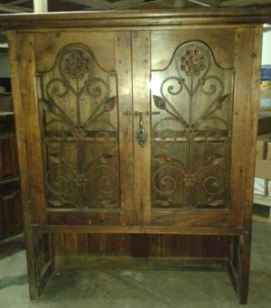 Vitrina estilo antiguo de madera e hierro forjado