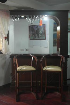 Bar De Madera Con Vidrio Y Espejo. 2 Sillas.