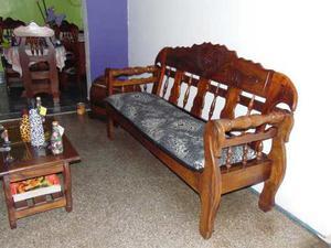 Muebles De Madera Con Cojines Y Mesa De Centro