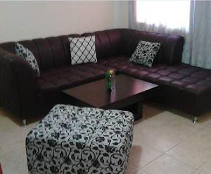 muebles de cuero grueso con mesa cojines y puff