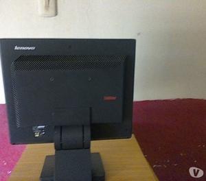 vendo monitor y un teclado de computadora.