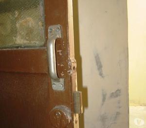 Vendo Puerta de metal con cerradura