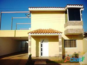 TOWN HOUSE CONSTRUIDO CON BUEN GUSTO Y MUCHO ESTILO