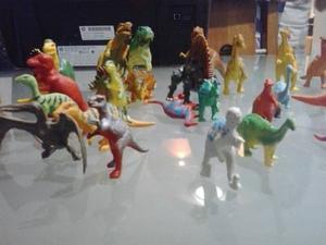 Libro De Dinosaurios Y Juguetes De Plastico En Buen Estado