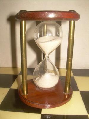 Antiguo Reloj De Arena De Madera Y Bronce En Buen Estado