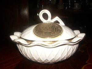 Cofre De Porcelana Con Destaque En La Tapa Y En Oro En Bu