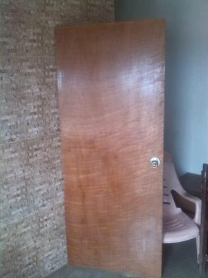 puerta entamborada con cerradura de pomo