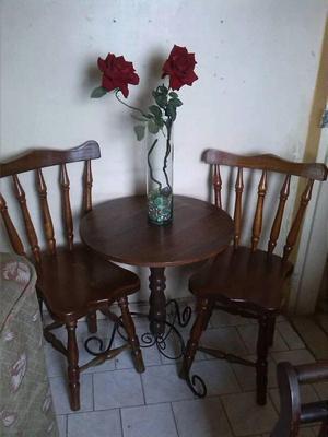 mesita de madera y hierro forjado con sus 2 sillas