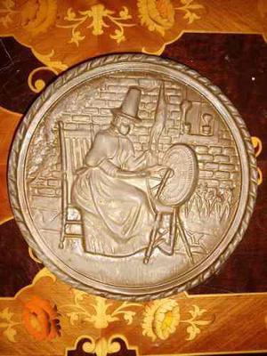 Antiguo Plato De Bronce Made In England Con Dibujo En Reliev
