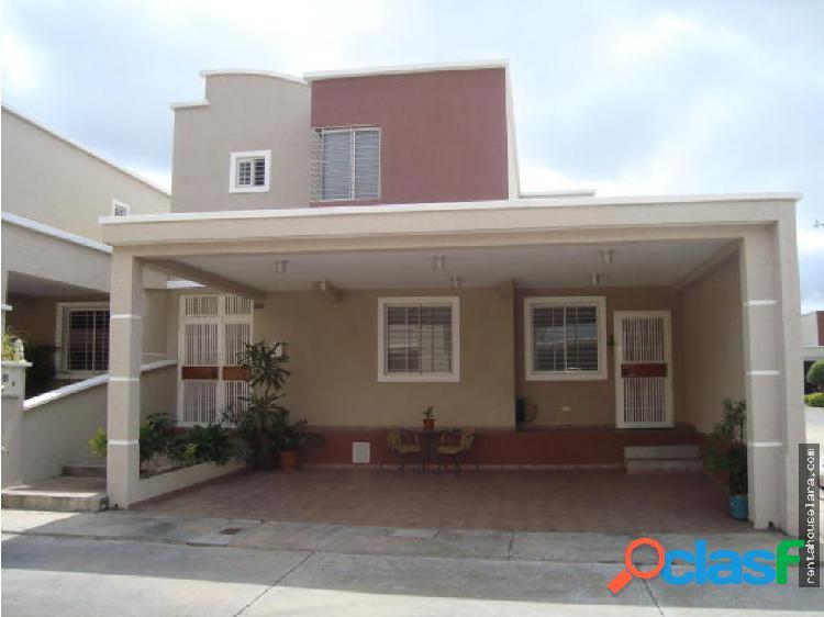 En Venta Hermosa casa al Este de Barqto 18-1131