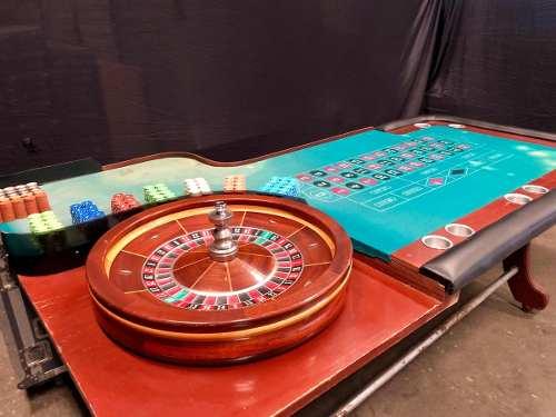 Juego Ruleta De Casino Con Fichas Y Mesa. Fichas Poker