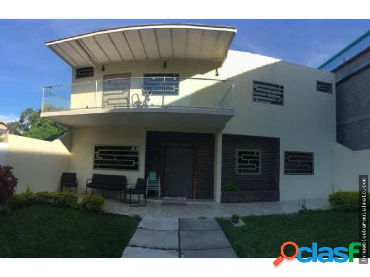 Moderna Casa en Venta en el Manzano