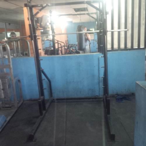 Smith Machine: Máquina Para Sentadillas Y Otros Ejercicios.