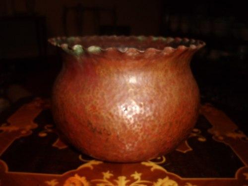 Antiguo Envase De Bronce Con Relieve En Los Bordes En Buen E