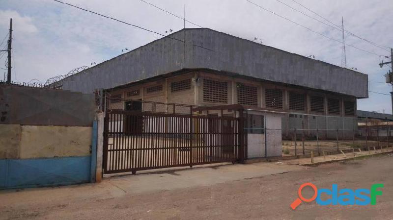 1 Cuarto, 1800 m² – Galpón en Alquiler en Zona