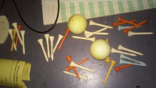 2 Pelotas De Golf Y 30 Tee De Salida (madera) Usados Oferta