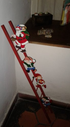 Adorno De Navidad San Nicolas Con Niños Y Escalera
