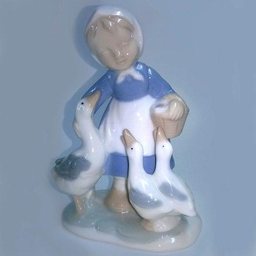 Figura De Porcelana Niña Con Cesta Y Tres Patos Decoracion