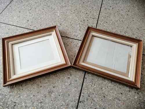 Dos Marcos Antiguos Con Su Vidrio