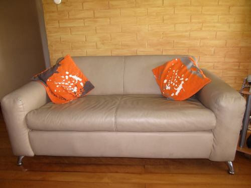 Mueble Sofá De Tres Puesto Ocre Oscuro De Semicuero (usado)