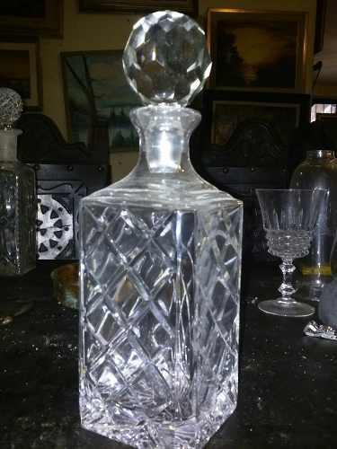 Antigua Licorera De Cristal De Bohemia Tallado Con Tapa En P