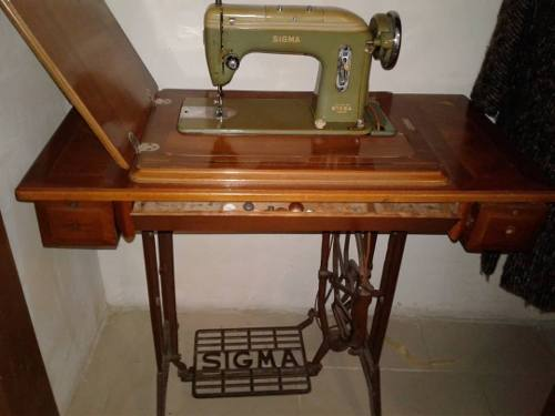 Maquina De Coser Antigua Con Mesa Vintage Decoracion Tienda