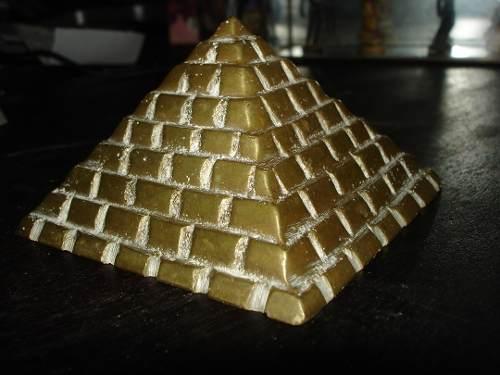 Piramide Antigua De Bronce Con Relieve En Perfecto Estado
