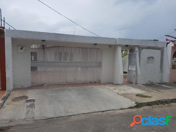 BELLA CASA EN LA URBANIZACIÓN ARAGUANEY, LOS GUAYOS.