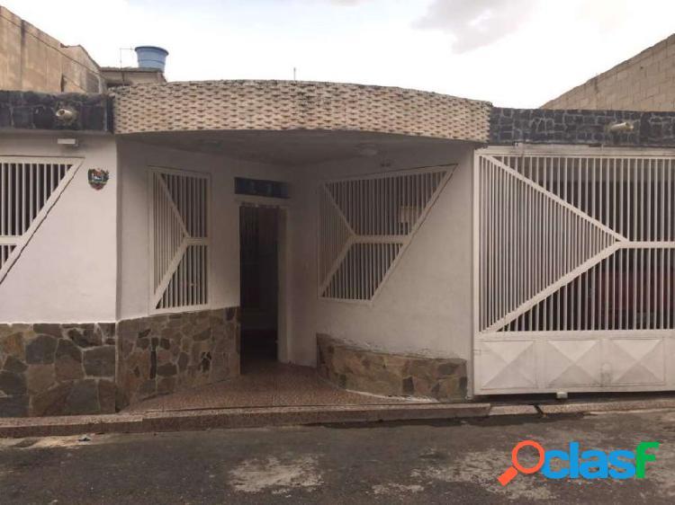 EXCELENTE CASA UBICADA EN LA ESMERALDA Código: 271827