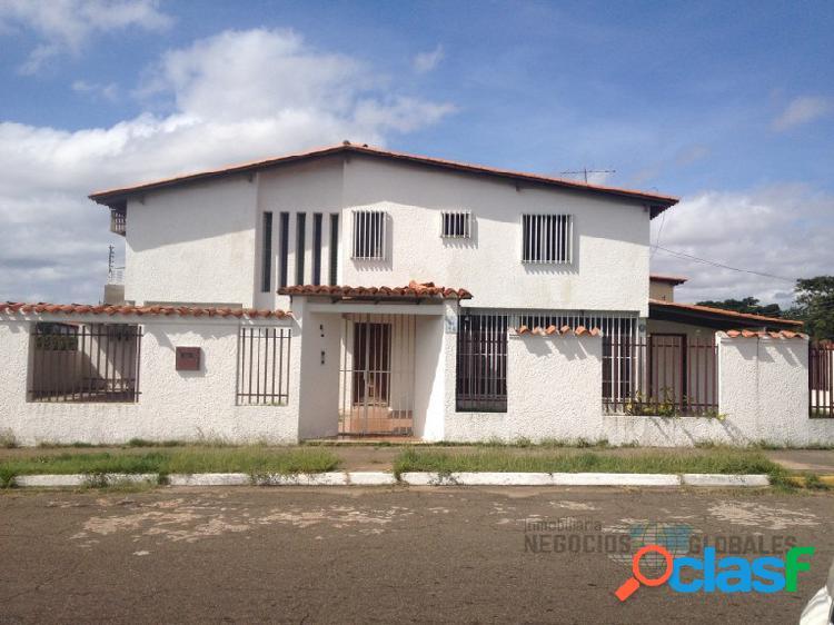 En venta Hermosa y Amplia Casa de dos Niveles en Villa