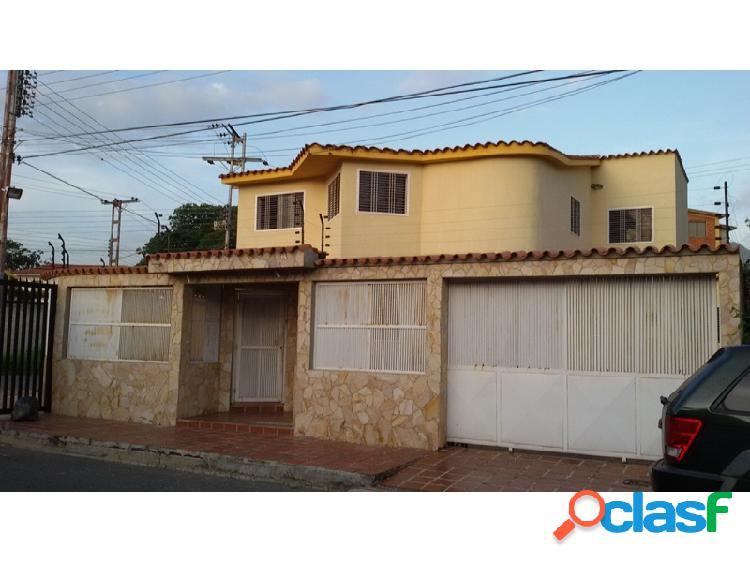 Excelente Casa Ubicada en la Urbanización. Chalets Country,