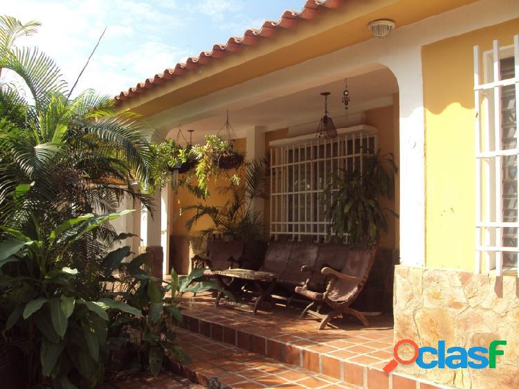 Hermosa y Conservada Casa, ubicada en la urbanización El