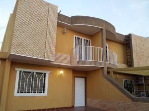 Villa Cerrada En Venta En Cumbres DE Maracaibo Mls 15-8014