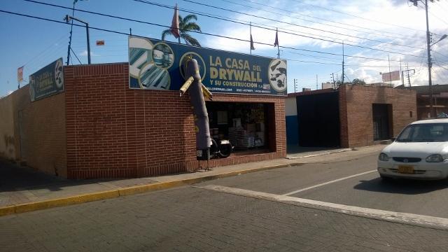 GALPON CON 2 LOCALES COMERCIALES EN PLENO CENTRO DE BQTO.
