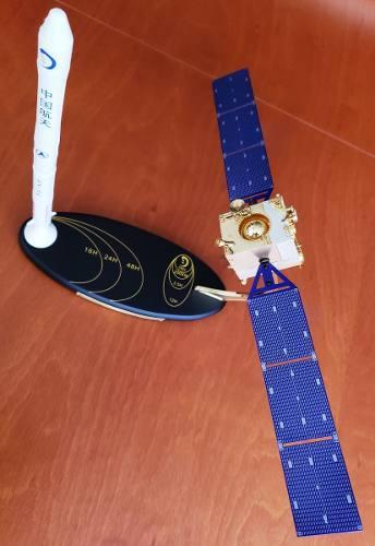 Modelo De Satélite Chang'e1 Con Cohete De Lanzamiento Lm-3a
