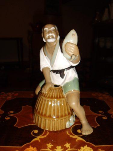 Antigua Figura De Porcelana Anciano Con Pez Y Vasija En Bue