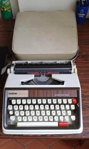 Maquina De Escribir Portátil Brother Deluxe  Unico