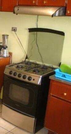 Cocina De 4 Hornillas Y Horno, Con Su Campana