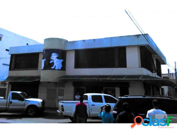 edificio de 2 plantas ubicacado en el centro