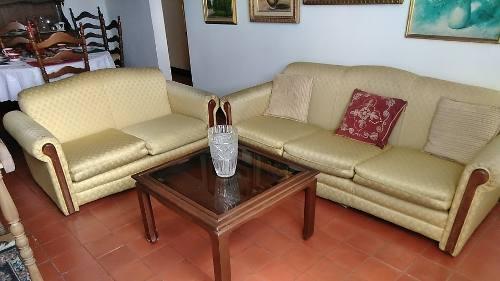 Juego De Sofas Y Mesa De Centro En Madera