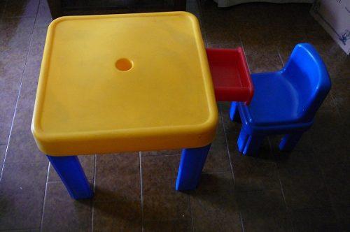 Mesa Plástica Con Una Silla Chicco Para Niños Pequeños